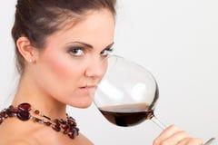 Mujer que sostiene un vidrio de vino Imágenes de archivo libres de regalías
