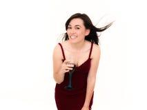 Mujer que sostiene un vidrio de vino y de sonrisa imagen de archivo