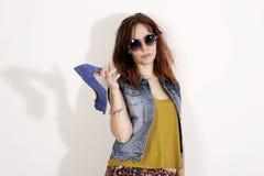 Mujer que sostiene un zapato Concepto de los zapatos de los amores de las mujeres Muchacha de la moda y zapatos azules de los tac fotos de archivo libres de regalías