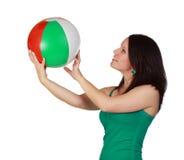 Mujer que sostiene una bola de playa imagenes de archivo