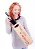 Mujer que sostiene una botella de vino Fotos de archivo libres de regalías
