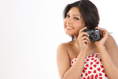 Mujer que sostiene una cámara Fotos de archivo libres de regalías