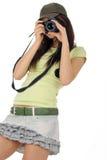Mujer que sostiene una cámara de la foto Fotografía de archivo libre de regalías