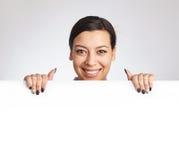 Mujer que sostiene una cartelera Imagen de archivo libre de regalías