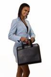 Mujer que sostiene una cartera imagenes de archivo