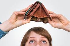 Mujer que sostiene una cartera vacía, ella dinero del ` t del hasn fotos de archivo