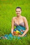 Mujer que sostiene una cesta de fruta Imagen de archivo libre de regalías