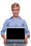 Mujer que sostiene una computadora portátil con la pantalla en blanco Imagen de archivo
