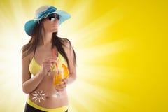 Mujer que sostiene una ensalada de fruta en fondo amarillo fotos de archivo libres de regalías
