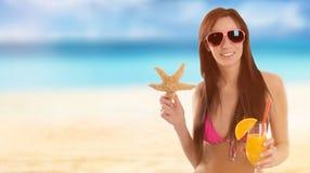Mujer que sostiene una ensalada de fruta en una playa tropical imágenes de archivo libres de regalías