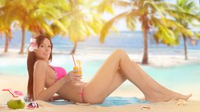 Mujer que sostiene una ensalada de fruta en una playa tropical foto de archivo