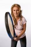 Mujer que sostiene una estafa de tenis Fotos de archivo