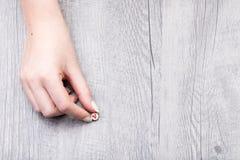 Mujer que sostiene una magdalena minuciosa del modelo minúsculo Imágenes de archivo libres de regalías