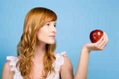 Mujer que sostiene una manzana imagen de archivo libre de regalías