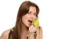 Mujer que sostiene una manzana verde Imágenes de archivo libres de regalías