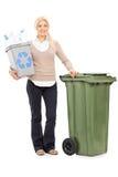 Mujer que sostiene una papelera de reciclaje Fotos de archivo libres de regalías