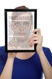 Mujer que sostiene una PC del touchpad que muestra un E-Libro Foto de archivo