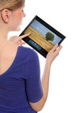 Mujer que sostiene una PC del touchpad que muestra una película Fotos de archivo libres de regalías