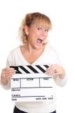 Mujer que sostiene una pizarra de la película Imagen de archivo libre de regalías