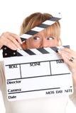 Mujer que sostiene una pizarra de la película Imagenes de archivo