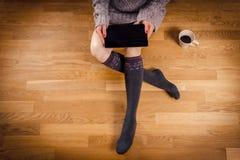 Mujer que sostiene una tableta en su revestimiento Imágenes de archivo libres de regalías