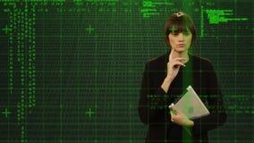 Mujer que sostiene una tableta y una pantalla táctil metrajes