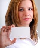 Mujer que sostiene una tarjeta Foto de archivo libre de regalías