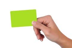Mujer que sostiene una tarjeta en blanco del regalo Fotos de archivo libres de regalías