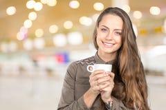 Mujer que sostiene una taza de café Fotos de archivo