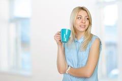 Mujer que sostiene una taza de café Imagen de archivo