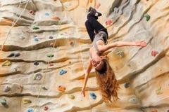 Mujer que sube en el acantilado artificial imagen de archivo libre de regalías