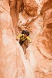 Mujer que sube en el barranco, Sinaí, Egipto fotografía de archivo