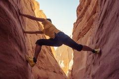 Mujer que sube en el barranco, Sinaí, Egipto fotos de archivo