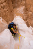Mujer que sube en el barranco, Sinaí, Egipto fotos de archivo libres de regalías
