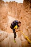 Mujer que sube en el barranco, Sinaí, Egipto foto de archivo libre de regalías