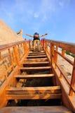 Mujer que sube pasos de madera en el Monte Hua Imagen de archivo libre de regalías