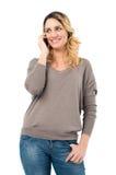 Mujer que sueña despierto en el teléfono móvil fotos de archivo libres de regalías