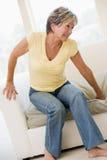 Mujer que sufre con dolor de espalda Imágenes de archivo libres de regalías