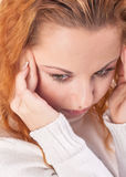 Mujer que sufre de dolor de cabeza Foto de archivo
