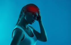 Mujer que sufre de dolor de cabeza imagenes de archivo