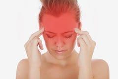 Mujer que sufre de dolor de cabeza severo Imagenes de archivo