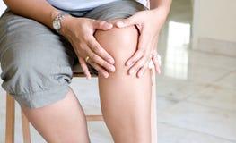 Mujer que sufre de dolor de la rodilla Fotos de archivo libres de regalías