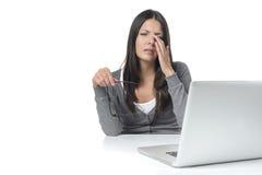 Mujer que sufre de fatiga visual en su ordenador portátil foto de archivo