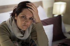 Mujer que sufre de fiebre y de dolor de cabeza Imagen de archivo libre de regalías