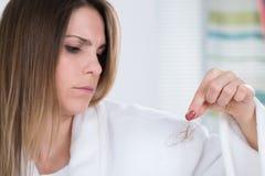 Mujer que sufre de Hairloss foto de archivo libre de regalías