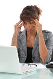 Mujer que sufre de un dolor de cabeza Imagen de archivo libre de regalías