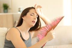 Mujer que sufre una ola de calor en casa fotos de archivo libres de regalías
