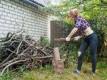 Mujer que taja la madera Imagenes de archivo