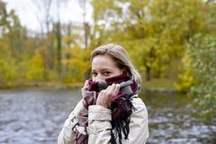 Mujer que tiembla en el parque Foto de archivo libre de regalías