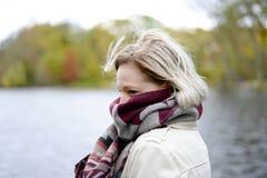 Mujer que tiembla en el parque Imagen de archivo libre de regalías